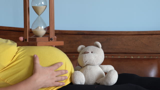 UHD Video schwanger Frau Zählzeit mit Sanduhr