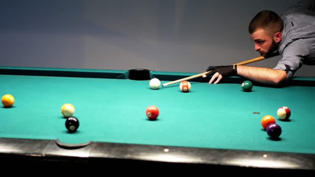 4K Video von professionellen Kerl Pool-Spiel zu spielen