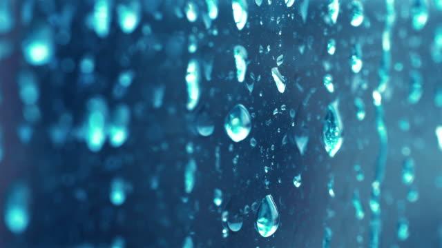 video von regentropfen auf das fenster in 4 k - perlenschnur stock-videos und b-roll-filmmaterial
