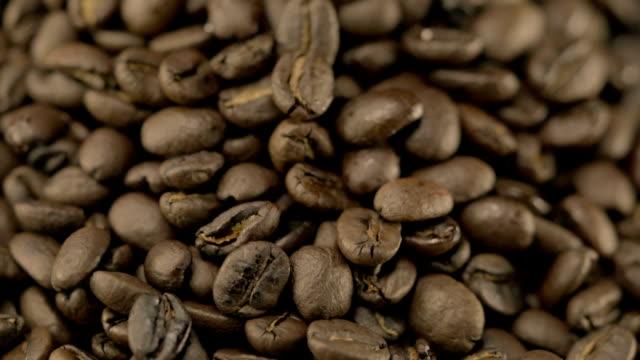 Video van roterende koffiebonen