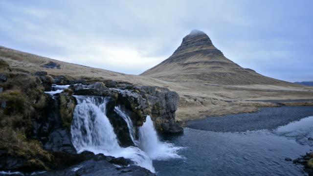 video von malerischer kirkjufell wasserfall landschaft in snaefellsnes island - snäfellsnes stock-videos und b-roll-filmmaterial