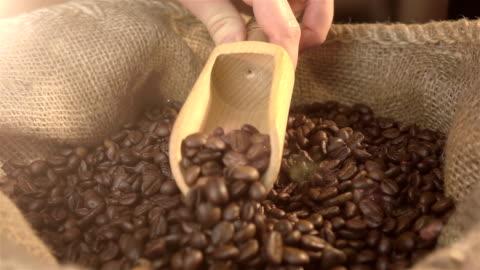 stockvideo's en b-roll-footage met video van scooping koffiebonen in echte slowmotion - ijslepel