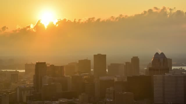 vídeos de stock e filmes b-roll de video of sunrise over the city - morno