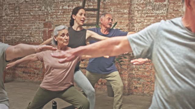 vídeos de stock, filmes e b-roll de vídeo do professor com grupo de idosos exercício na aula de yoga - homens idosos