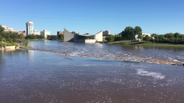 video of the arkansas river in downtown wichita after days of storms and flooding heavy river flow after the flooding upstream - wichita stock-videos und b-roll-filmmaterial