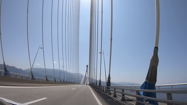 4k video von der hängebrücke rio-antirrio, die den golf von korinth in griechenland überquert - groß stock-videos und b-roll-filmmaterial