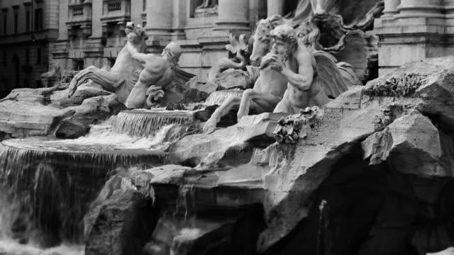 stockvideo's en b-roll-footage met video of the trevi fountain in monochrome - vrouwelijke gestalte