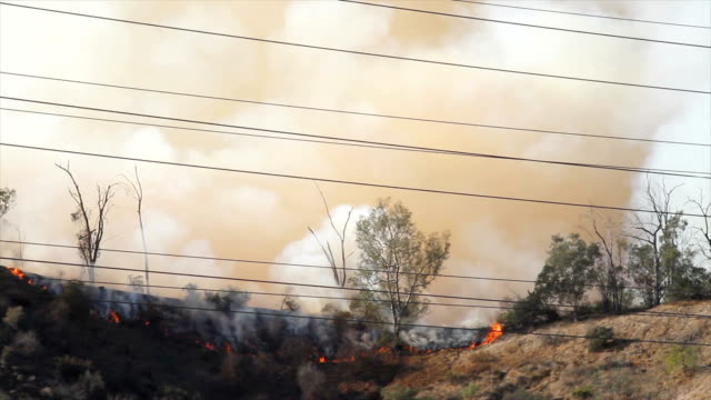 4k video von wildfire in kalifornien - kalifornien stock-videos und b-roll-filmmaterial
