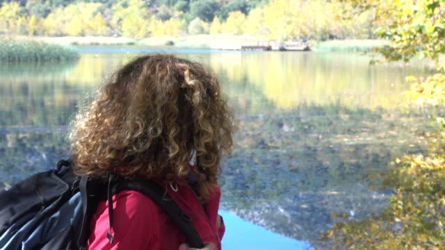 UHD Video Traveller Frau Wandern In der Natur