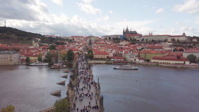 vídeos de stock, filmes e b-roll de vídeo do rio de vltava e da ponte de charles em praga em república checa - mala strana