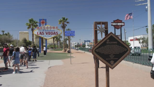 vídeos y material grabado en eventos de stock de video of welcome to fabulous las vegas sign on the strip, las vegas boulevard, las vegas, nevada, usa, north america - las vegas