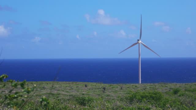 キュラソーのカリブ海沿いの風タービンの 4 k 映像 - 交通輸送点の映像素材/bロール