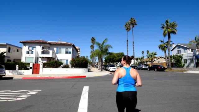 video av kvinnan under den jogga i 4k - blurred motion bildbanksvideor och videomaterial från bakom kulisserna