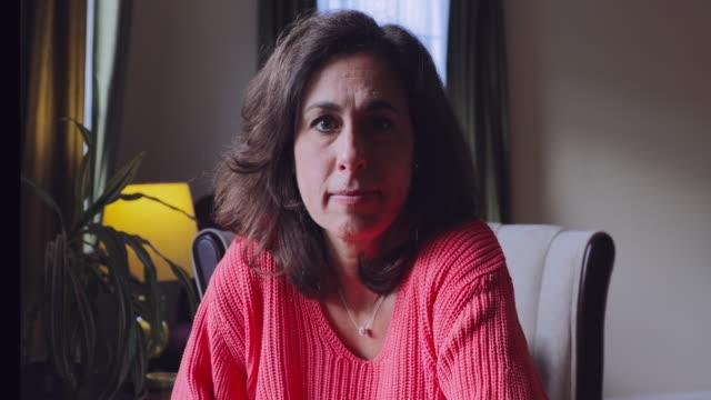vidéos et rushes de verticale vidéo d'une femme mûre confiante à la maison - cardigan