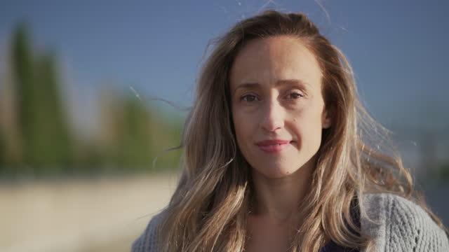 stockvideo's en b-roll-footage met videoportret van een portugese vrouw. - montréal