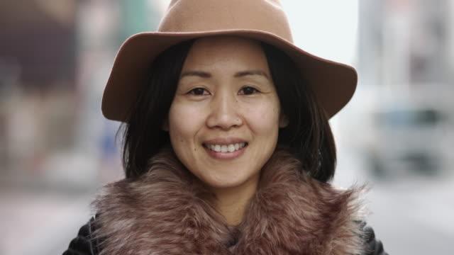 若い女性観光客のビデオ肖像画 - 女性のみ点の映像素材/bロール