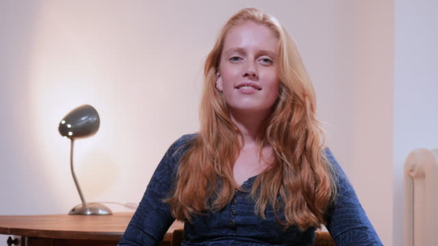 stockvideo's en b-roll-footage met video portrait of a young female vlogger - generation z