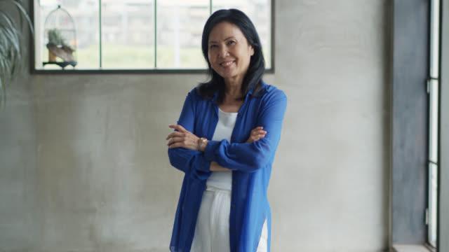 vidéos et rushes de portrait vidéo d'une femme d'affaires asiatique confiante - culture chinoise
