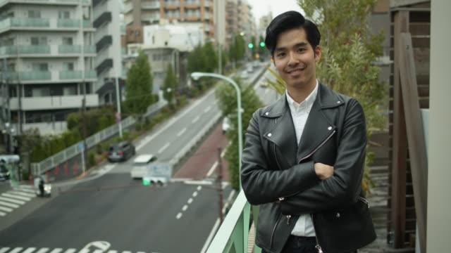 酷日本男子在屋頂上的視頻肖像 - 20多歲 個影片檔及 b 捲影像