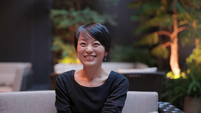 vídeos y material grabado en eventos de stock de video retrato de mujer japonesa sentada en café al aire libre - sólo con adultos