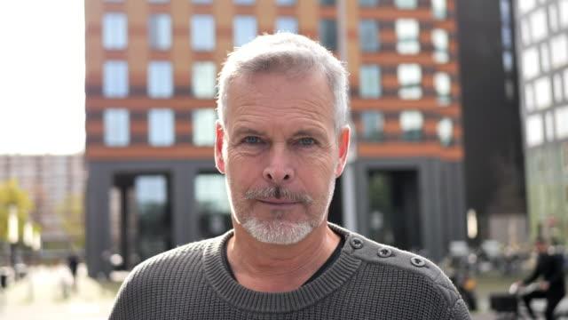 vidéos et rushes de verticale vidéo de l'homme gris mûr de cheveux - 55 59 ans