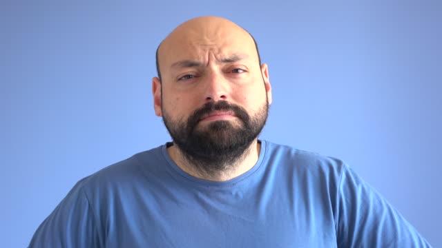 UHD vidéo Portrait d'homme adulte contrarié