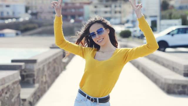 vídeos y material grabado en eventos de stock de video portrait of young woman - waist up