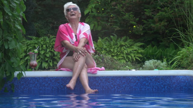 vídeos de stock e filmes b-roll de video portrait senior woman alone in pool - mulheres maduras