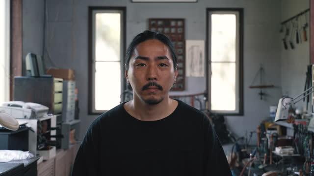 日本の宝石商のドリーズーム効果を持つビデオポートレート - ドリー撮影点の映像素材/bロール