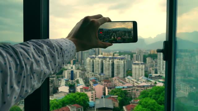 videoinspelning via telefon genom fönstret - människofinger bildbanksvideor och videomaterial från bakom kulisserna