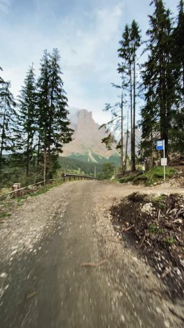 多洛米蒂人用手機的視頻報導:戶外山地自行車 - 僅一成熟男士 個影片檔及 b 捲影像