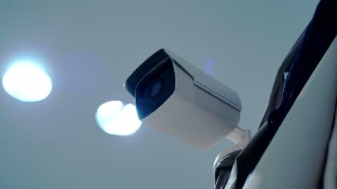 vídeos y material grabado en eventos de stock de 4 k video: cámara de seguridad está trabajando. - equipo de seguridad