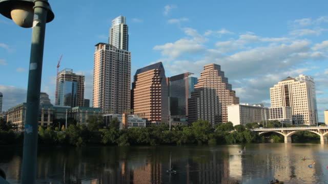 vidéos et rushes de vidéo hd coucher de soleil sur le centre-ville d'austin, au texas - avenue
