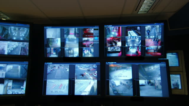 video surveillance screens - kontrollraum stock-videos und b-roll-filmmaterial