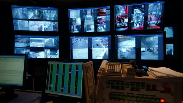video surveillance system - sala di controllo video stock e b–roll