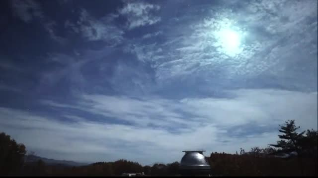 video taken from about 10 p.m. onwards on nov. 12 shows an unusually bright meteor disintegrating over the earth's atmosphere as seen from the kiso... - 隕石点の映像素材/bロール