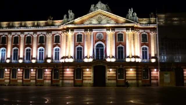 video taken on the main square of toulouse, the capitole, at 9pm due to the 2nd wave of covid -19 in europe, the french government decided to impose... - toulouse stock videos & royalty-free footage
