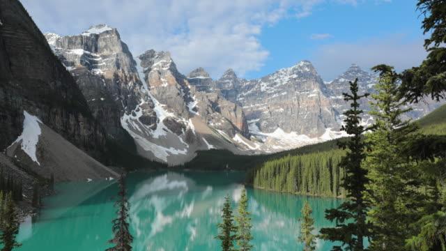 日の出でモレーン湖の4kビデオタイムラプス、 バンフ国立公園、カナダ - 六月点の映像素材/bロール