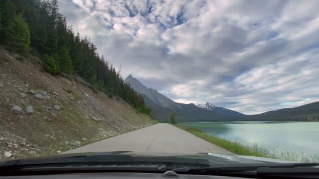 4k pov video timelapse of car driving on empty highway in jasper national park, canada - parabrezza video stock e b–roll