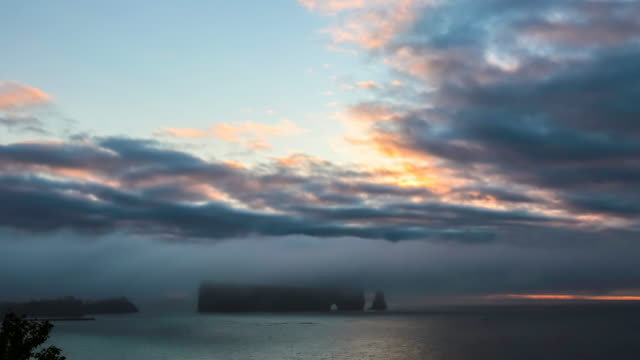 4k video timelapse of perce rock in gaspe at sunrise, quebec, canada - televisione a ultra alta definizione video stock e b–roll