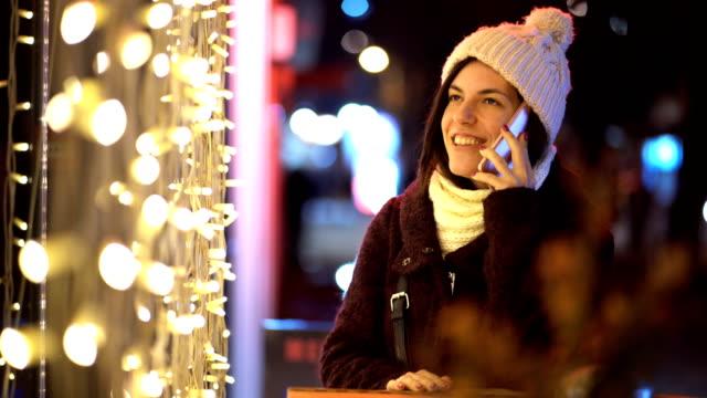 クリスマスの時に携帯電話を使用してビデオ - ウィンターコート点の映像素材/bロール