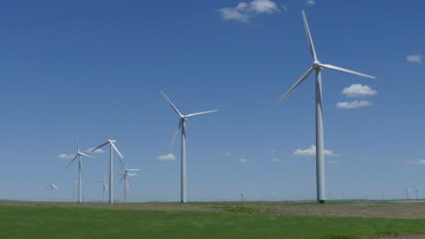 hd ビデオの吹く作物風力タービンポーニー国立草原コロラド州 - 風力発電点の映像素材/bロール