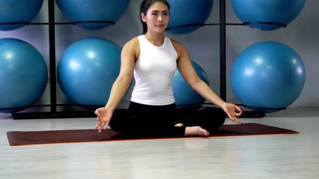 hd ビデオ: 女性練習ヨガのポーズ ヨガのクラスで - 25セント硬貨点の映像素材/bロール