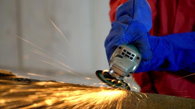 vídeos de stock e filmes b-roll de 4k video : worker work in factory with grinder - indústria metalúrgica
