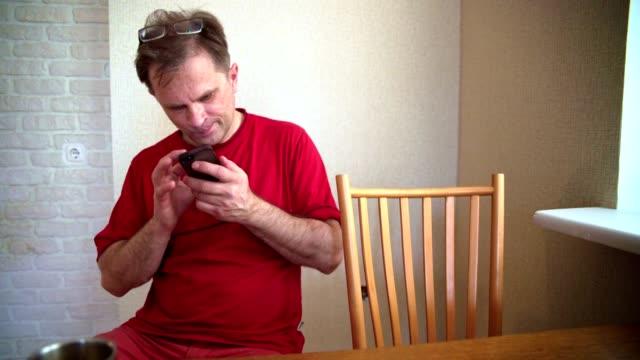 videoportrait des schön 50-jahre-alte reifen positive menschen surfen mit dem smartphone social-media. - 50 54 years stock-videos und b-roll-filmmaterial