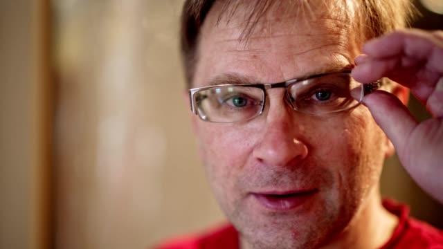 ハンサムな 50 歳の成熟した正男の videoportrait。 - 50 54 years点の映像素材/bロール