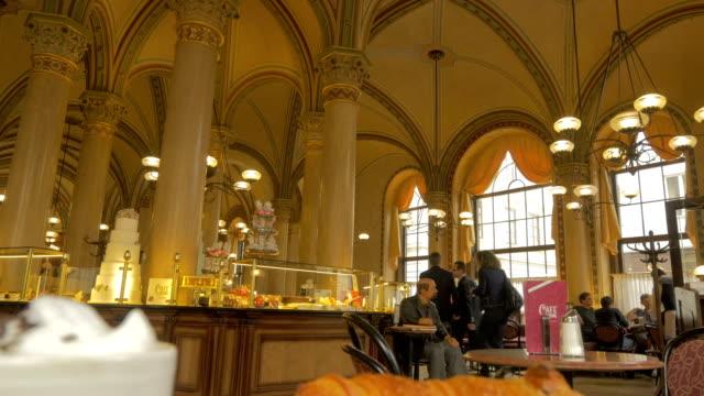 stockvideo's en b-roll-footage met vienna cafe with waiter.wide shot - focus op achtergrond