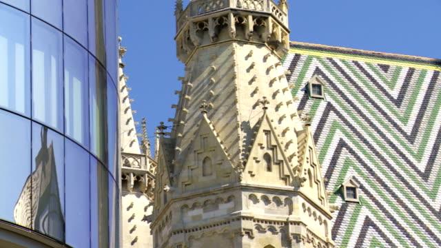ウィーン大聖堂、モダンなガラスの正面玄関のパン - 上部分点の映像素材/bロール