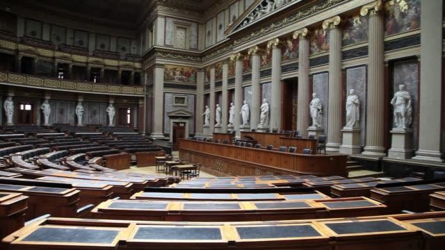 vídeos de stock, filmes e b-roll de vienna, the austrian parliament building, debating chamber of the former house of deputies of austria - edifício do parlamento