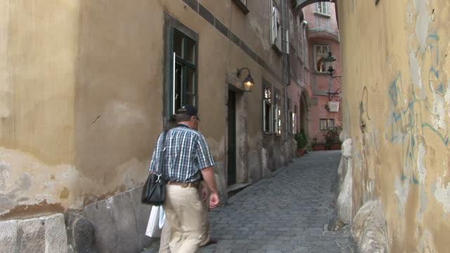 stockvideo's en b-roll-footage met viennaview of an old street in vienna austria - oostenrijkse cultuur